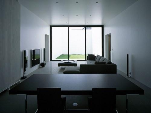 看,客厅覆盖着冰冷的石灰岩,卧室内铺着柔软