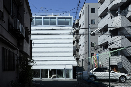 Ground and Above Roof House by SPACESPACE