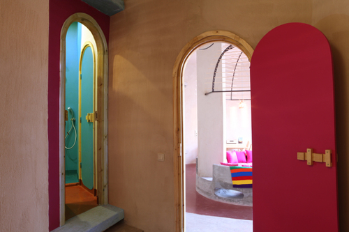 destination-Dar-HI-colored-doors