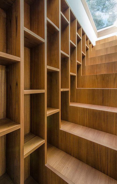 italian-summer-home-bookcase-stairs-14