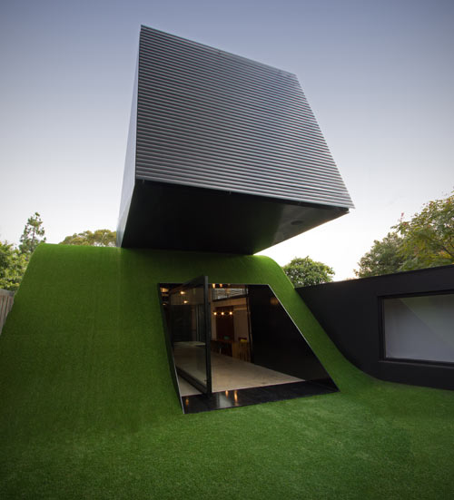 House with Artificial Hill and Synthetic Grass by Andrew Maynard Architects