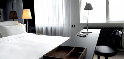 dest-101-Hotel-Reykjavík-bed-desk