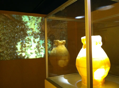 beehive-honeycomb-vase-tomas-libertiny-detail