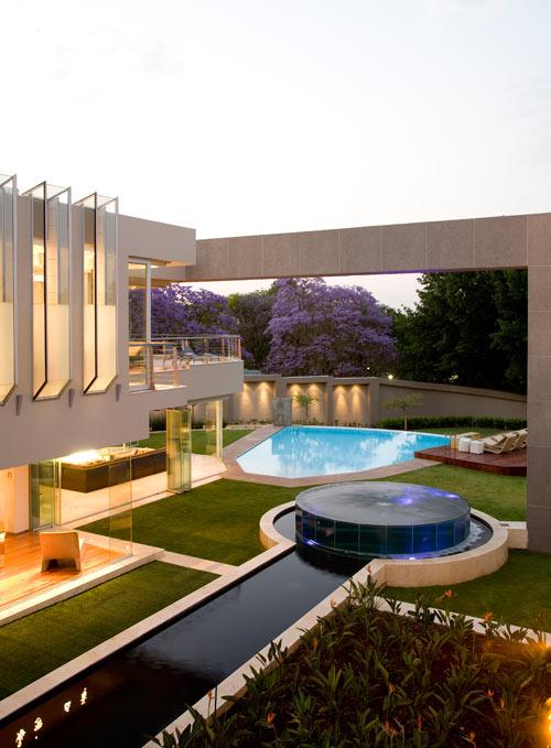 Glass house by nico van der meulen architects design milk for Pool design johannesburg