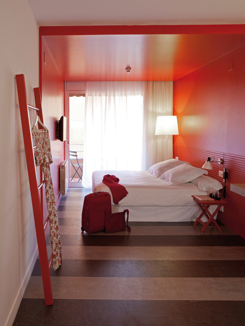 dest-chicbasic-rambla-red-room