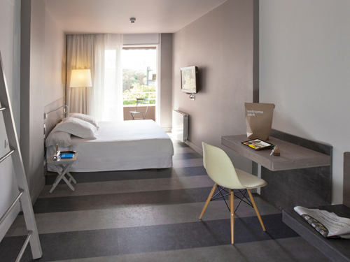 dest-chicbasic-rambla-striped-floor-room