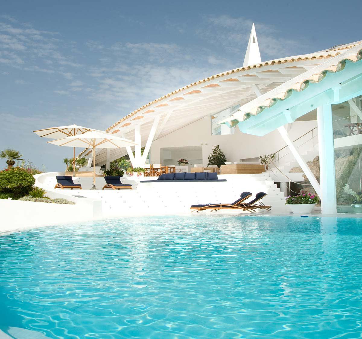 Mediterranean Paradise: Mallorcan Villa by Alberto Rubio