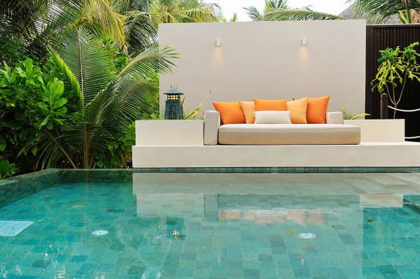 dest-ayada-maldives-sofa-at-pool