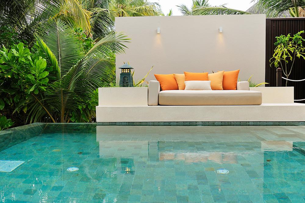 dest-ayada-maldives-sofa-at-pool