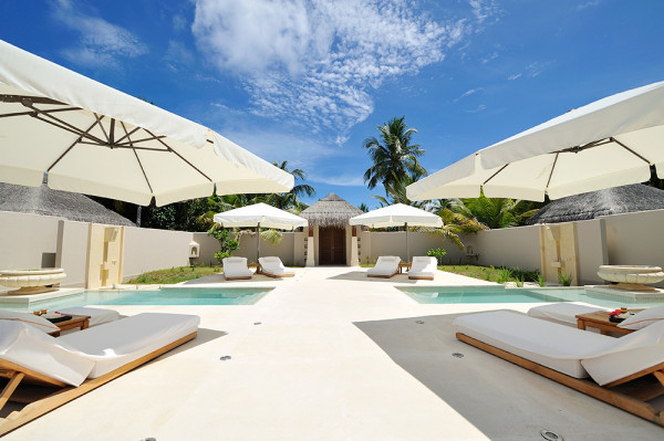 dest-ayada-maldives-white-pool-lounges