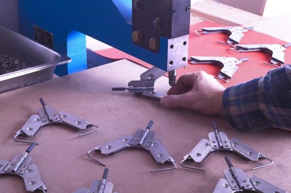 Decon-Folditure-10-riveting