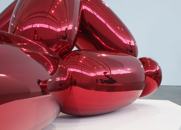 """JEFF KOONS """"Balloon Monkey (Red)"""" (detail) 2006-2013. High chromium stainless steel with transparent color coating. © Jeff Koons. Courtesy Gagosian Gallery."""