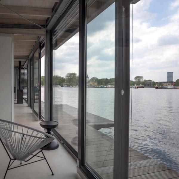 8-WelcomeBeyond-ModernHouseboat