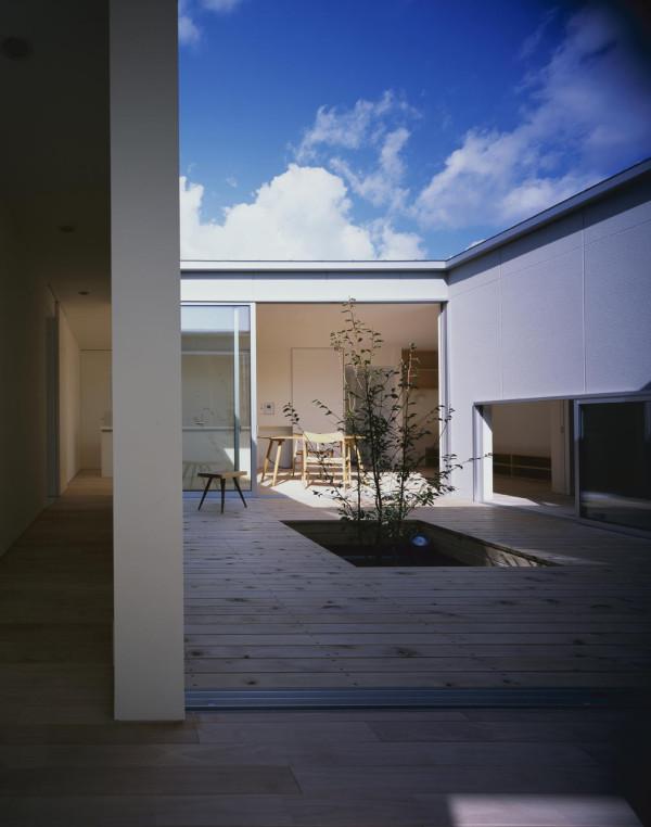 Naoko-Horibe-Naruto-House-11-courtyard