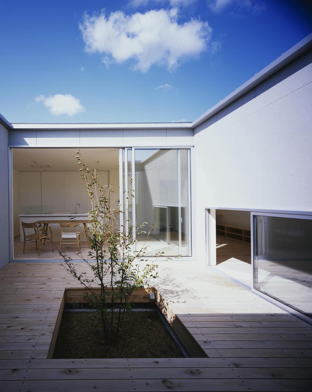 Naoko-Horibe-Naruto-House-12-courtyard