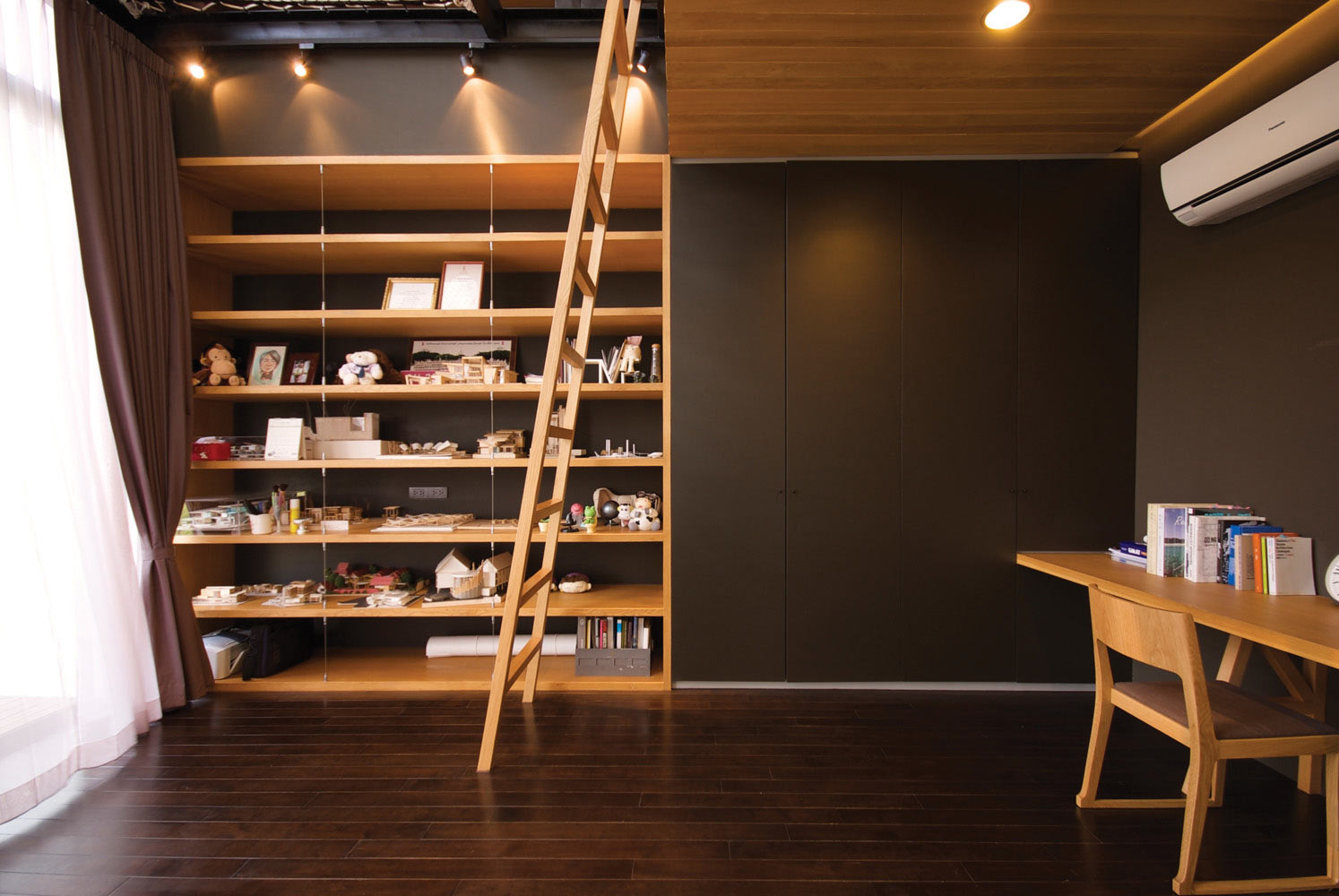 modern-bedroom-loft-area-bookshelf