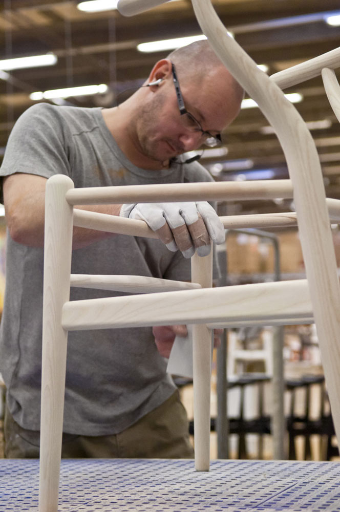 Decon-Wishbone-Chair-Carl-Hansen-8-sanding