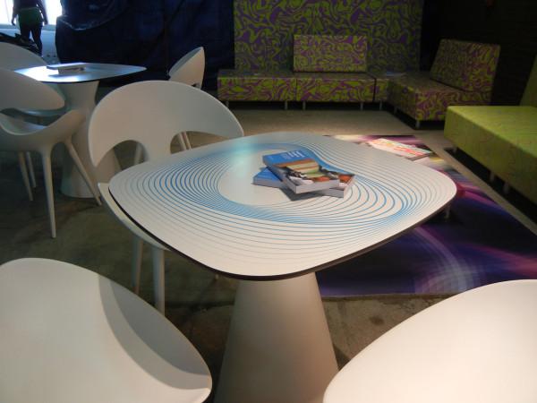 HP-Custom-Wallcoverings-11-Printed-table-in-HP-Lounge