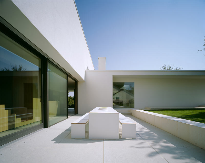 modern-white-residential-home-exterior-Philipp-Architekten-8