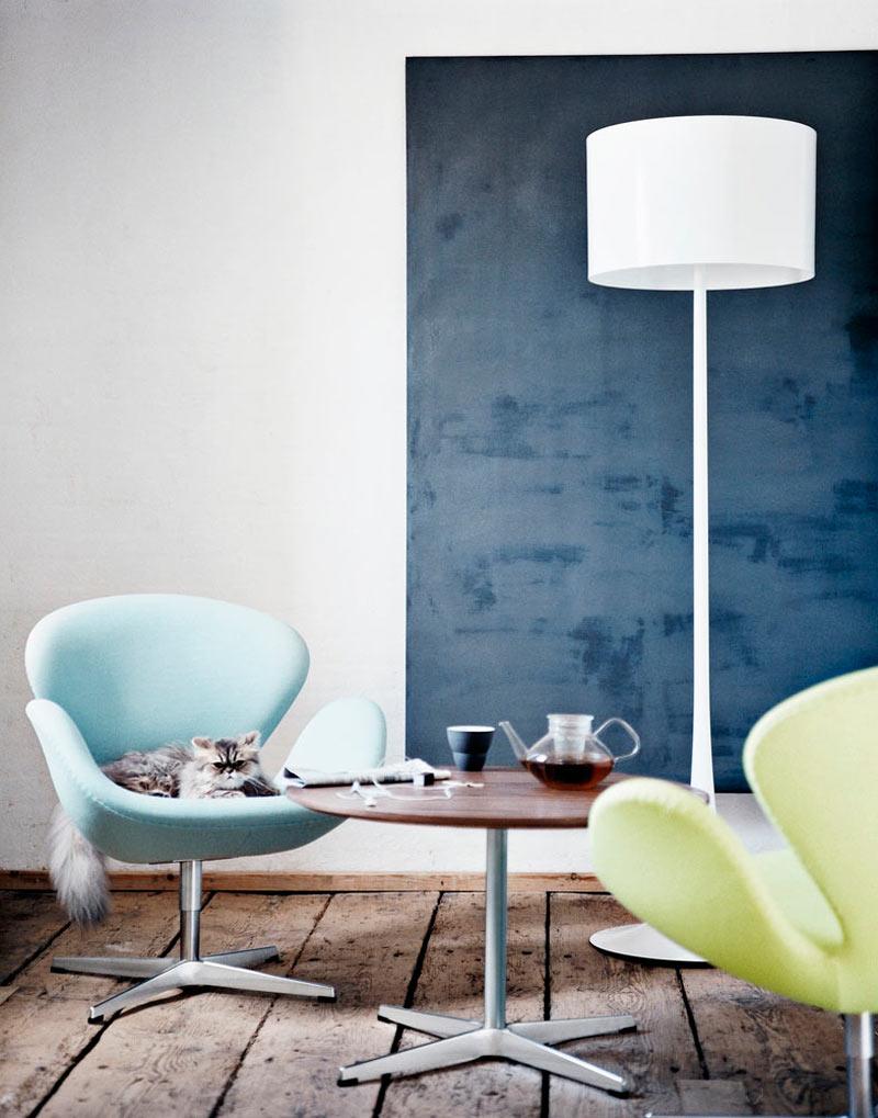 swan-chair-blue-room
