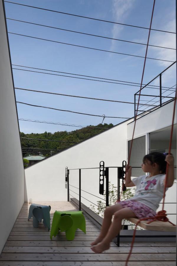 House-in-Ofuna-Level-Architects-17-swing-outside