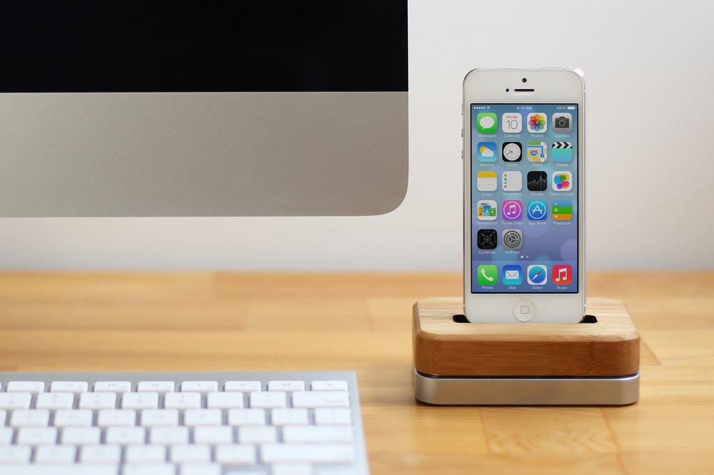 iphone-dock-bamboo-steel-1