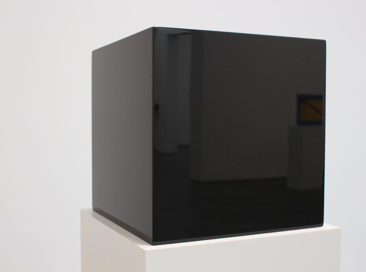 Reflecting In The Sculptures of John McCracken
