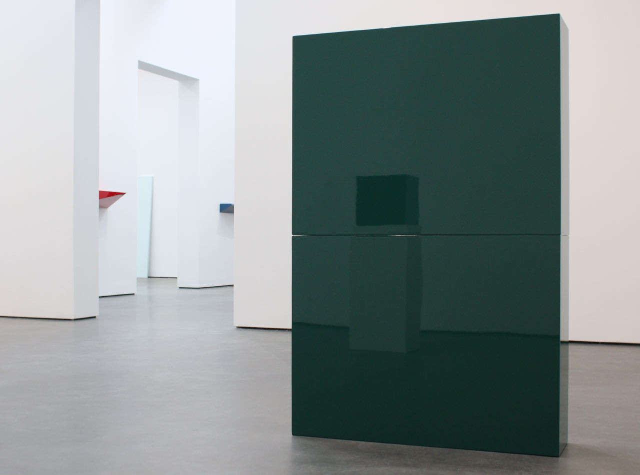 "John McCracken, Installation with ""Green Slab in Two Parts"", 1966 (reflecting ""Untitled (Black Box)"", 1971)"