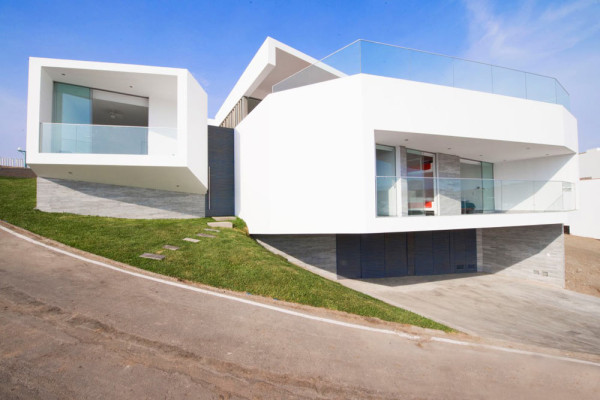A Mineral-Shaped Beach House by Vértice Arquitectos