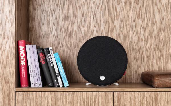 Libratone_Loop-modern-speaker-black-shelf