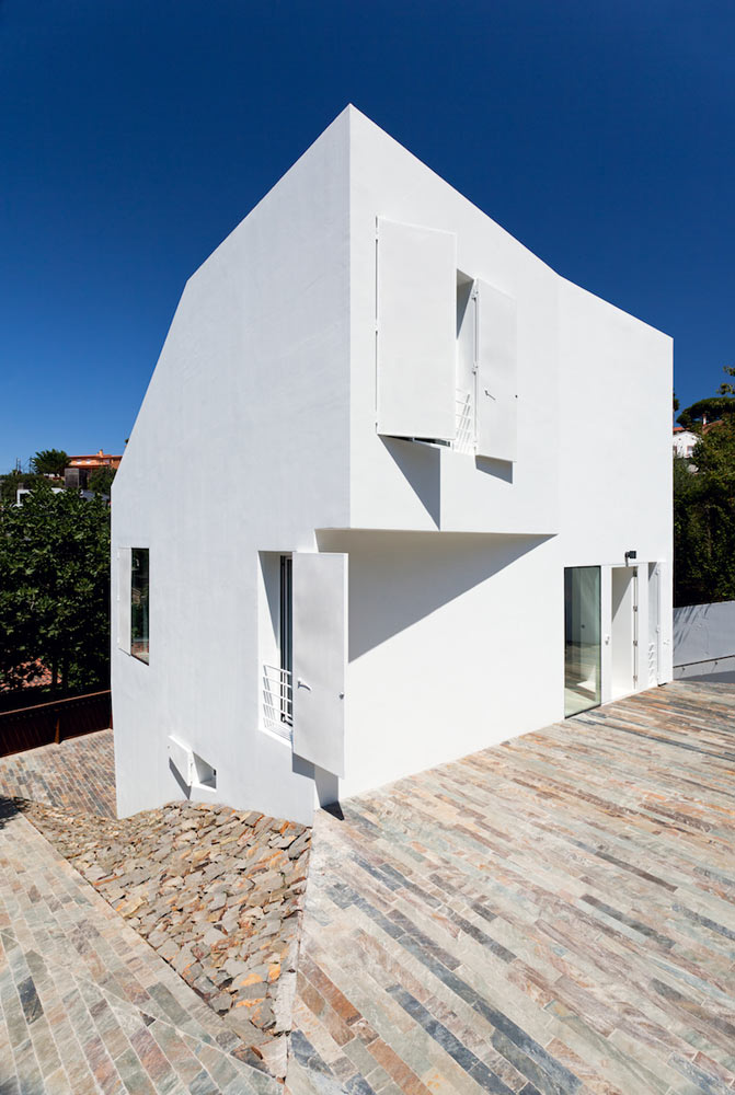 Compact White Cube House by YLAB Arquitectos