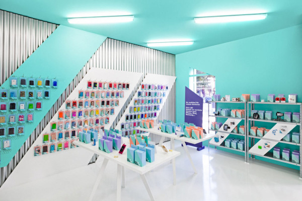 Doctor manzana a gadgets store gets a graphic redesign for Shop ceiling design