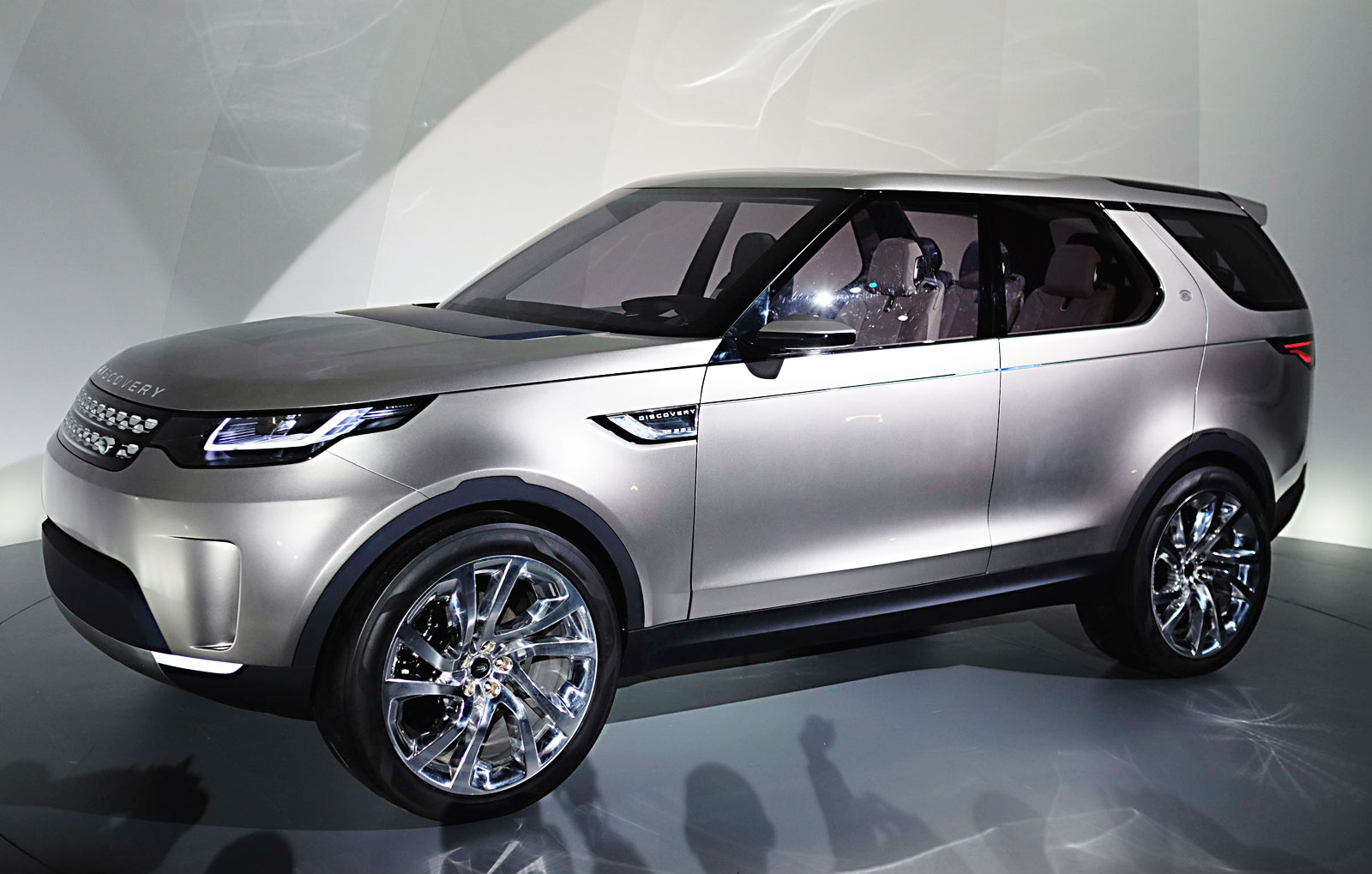 futuristic land rover discovery vision concept unveiled design milk. Black Bedroom Furniture Sets. Home Design Ideas