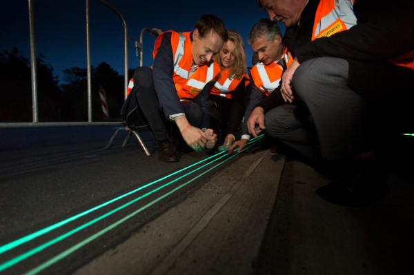 Smart-Highway-Glowing-Lines-Daan-Roosegaarde-6