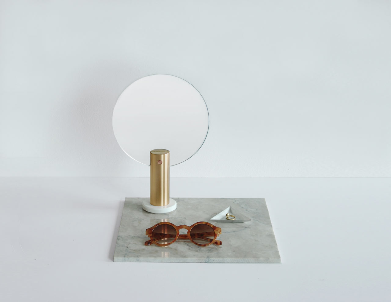 ladies-and-gentleman-Maru-round-mirror2-brass