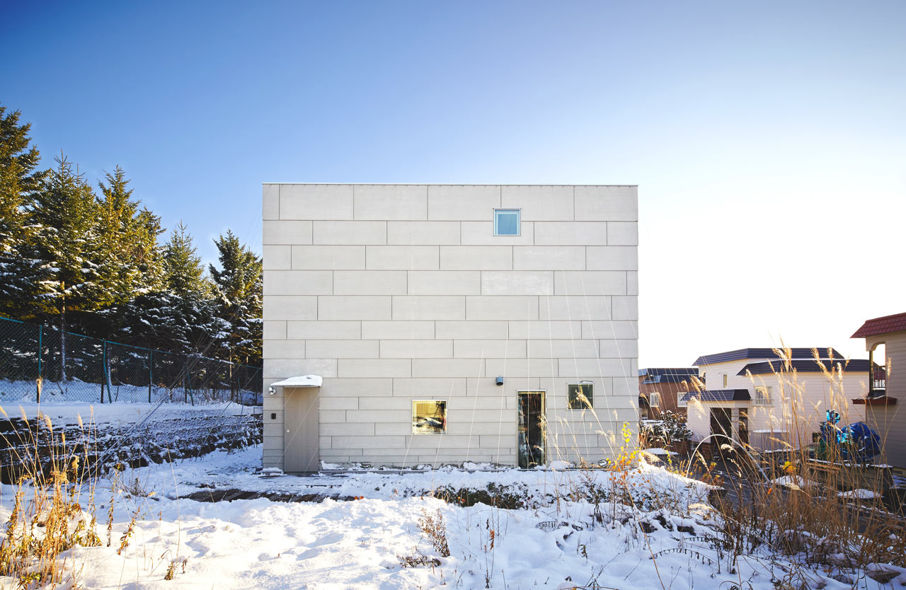 A Box-Like House is Full of Surprises on the Inside