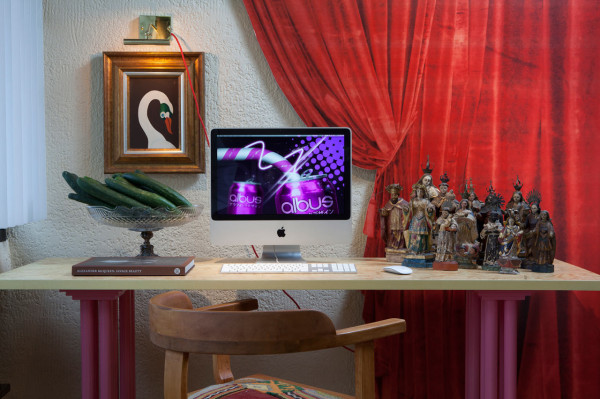 Where-I-Work-Henrique-Steyer-4-desk-swan