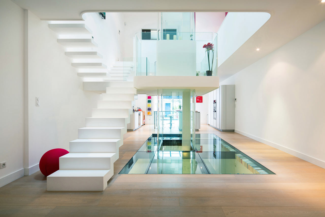A french house built around a central atrium design milk for Atrium design and decoration