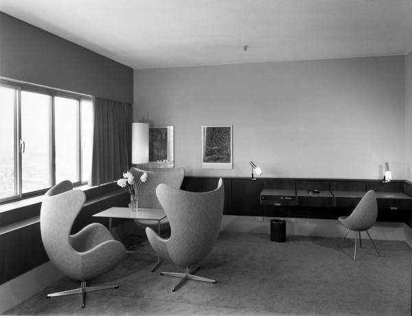 Decon-Drop-Chair-Arne-Jacobsen-22_FH_hotel-original