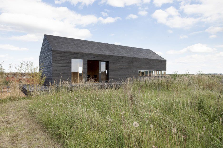 10 modern houses inspired by barns design milk for Small barn style homes