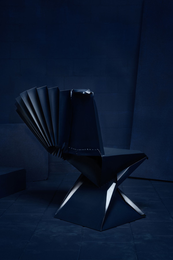 House-of-Destructo-Tessa-Koot-6-Bend-it-like-Ben-Pieces-of-Ard-blue-chair