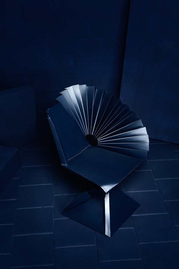 House-of-Destructo-Tessa-Koot-7-Bend-it-like-Ben-Pieces-of-Ard-blue-chair