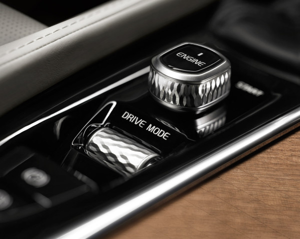 The diamond-cut knurled controls for the start-stop button and volume control offer drivers a pleasant tactile hint they're twisting, turning , or pressing the right control without taking eyes off the road.