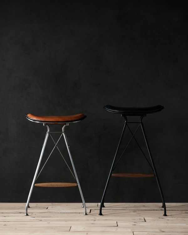 Overgaard_Dyrman_Wire_Bar_Stool_SemiSatinChromeSteel_WhiskeyYellowstoneLeather_MatBlackSteel_BlackEleganceLeather4