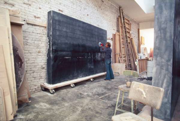 De Wain Valentine polishing Gray Column, 1975–76, in his studio.