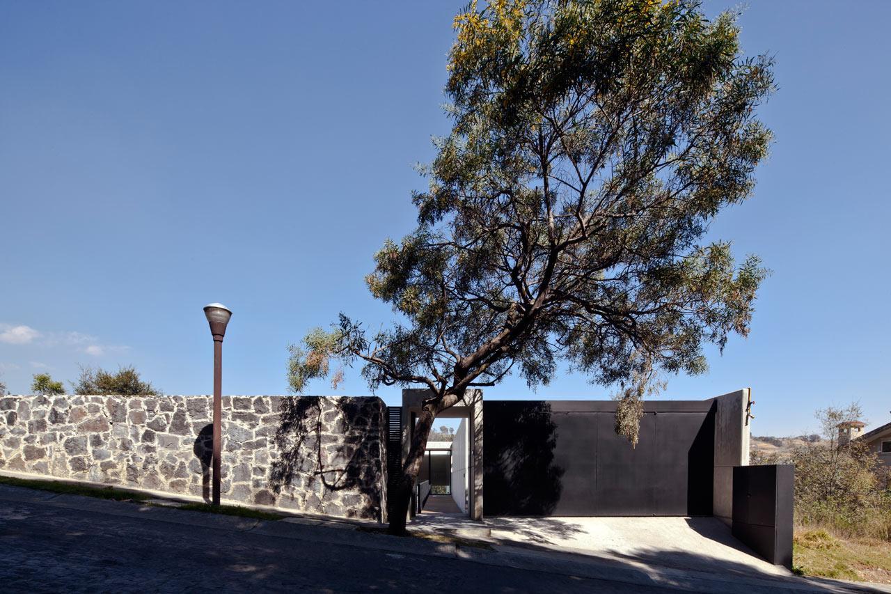 Unassuming Facade Hides Large Modern House Design Milk