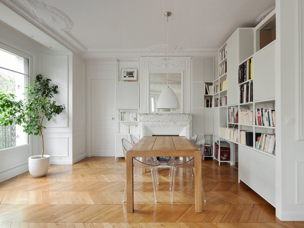A modern haussmannien flat in the heart of paris design milk for Salon salle a manger 20m2