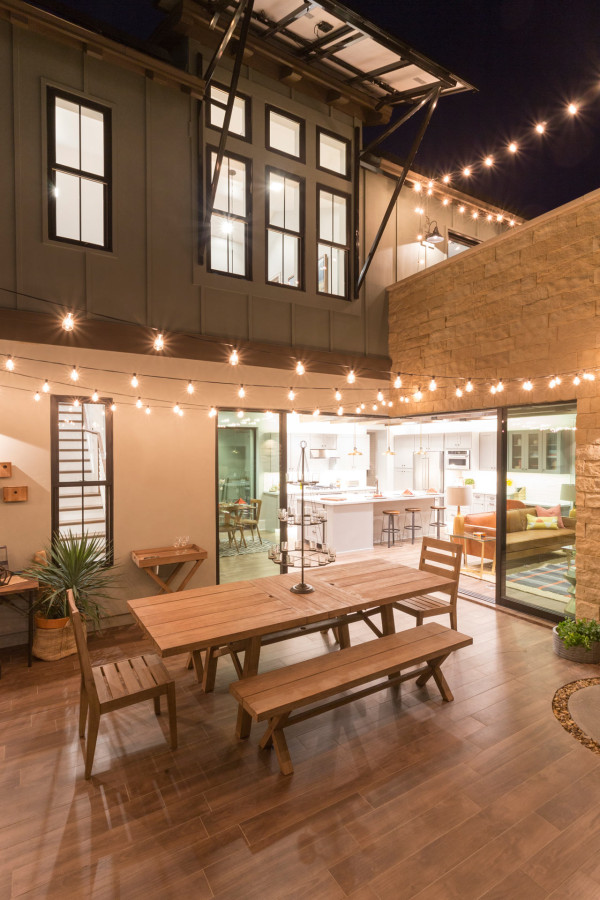 Contemporary farmhouse side yard