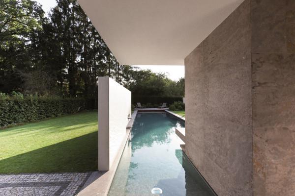A classic bauhaus villa in munich design milk for Swimmingpool bauhaus