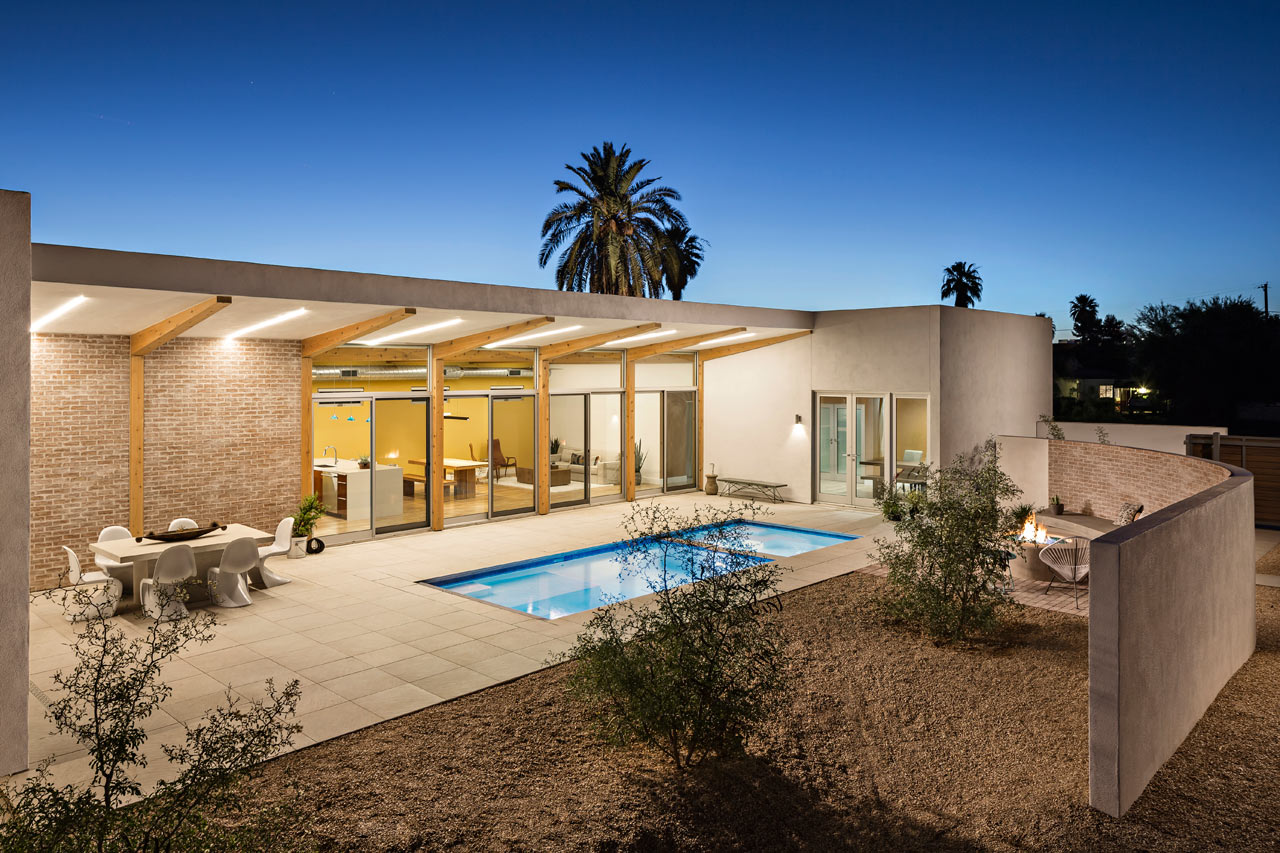 A modern courtyard house in phoenix architecture for Courtyard homes